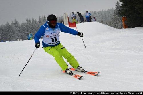 Titul nejlepšího sjezdového lyžaře obhájil v Rokytnici domácí Kučera. Mezi ženami kralovala Césarová z Prahy